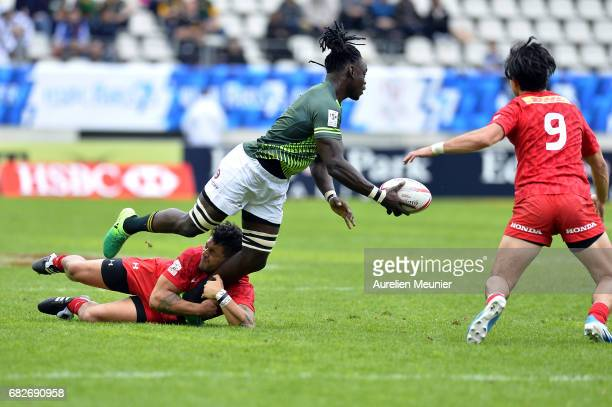Tim Agaba of South Africa passes the ball during the HSBC rugby sevens match between South Africa and Canada on May 13 2017 in Paris France