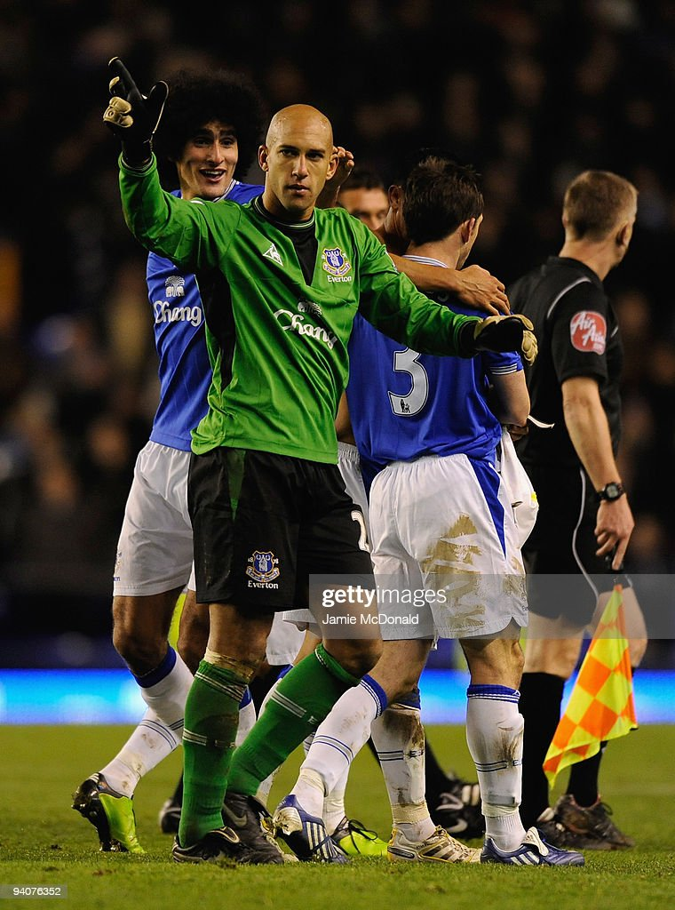 <a gi-track='captionPersonalityLinkClicked' href=/galleries/search?phrase=Tim+Howard+-+Soccer+Player&family=editorial&specificpeople=11515558 ng-click='$event.stopPropagation()'>Tim Howard</a> of Everton acknowledges the crowd at the end of the Barclays Premier League match between Everton and Tottenham Hotspur at Goodison Park on December 6, 2009 in Liverpool, England.