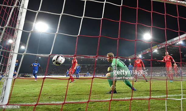 Tim Klaus Hoogland of Bochum scores his goal during the Second Bundesliga match between 1 FC Union Berlin and VfL Bochum 1848 at Stadion An der Alten...
