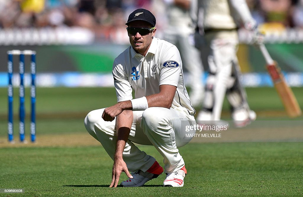Tim Southee of New Zealand watches Australia's Steve Smith's ball run to the boundary during the first cricket Test match between New Zealand and Australia at the Basin Reserve in Wellington on February 12, 2016. AFP PHOTO / MARTY MELVILLE / AFP / Marty Melville