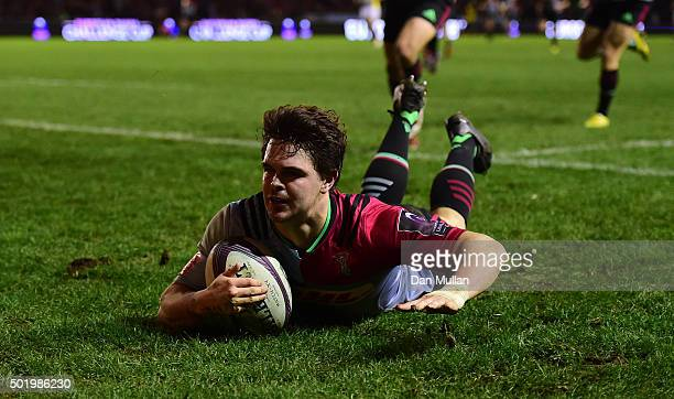 Tim Swiel of Harlequins dives over for a try during the European Rugby Challenge Cup Pool 3 match between Harlequins and Rugby Calvisano at...