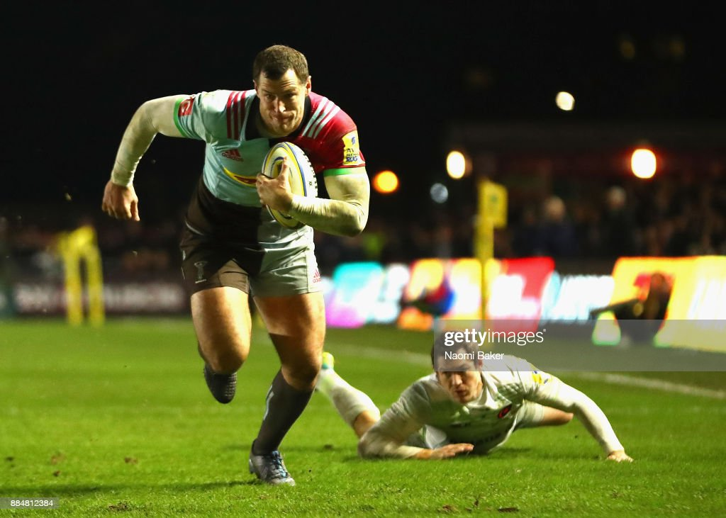 Tim Visser of Harlequins makes a run past Alex Goode of Saracens to go on and score the winning try during the Aviva Premiership match between Harlequins and Saracens at Twickenham Stoop on December 3, 2017 in London, England.