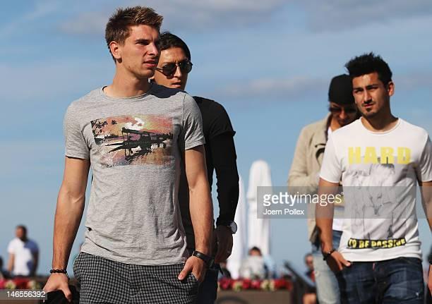 Tim Wiese Sami Khedira Mesut Oezil Ilkay Guendogan and RonRobert Zieler of the German national team are pictured in a beachbar at the beach on June...