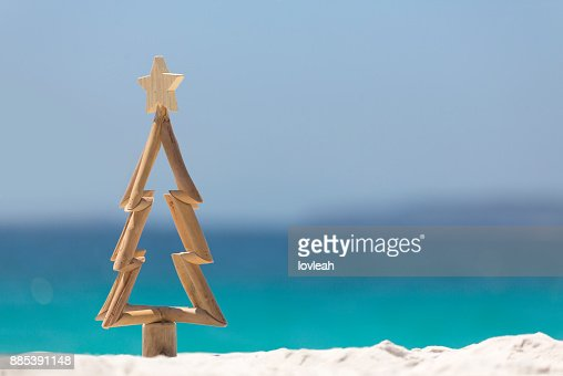 Árbol de Navidad de madera en playa : Foto de stock
