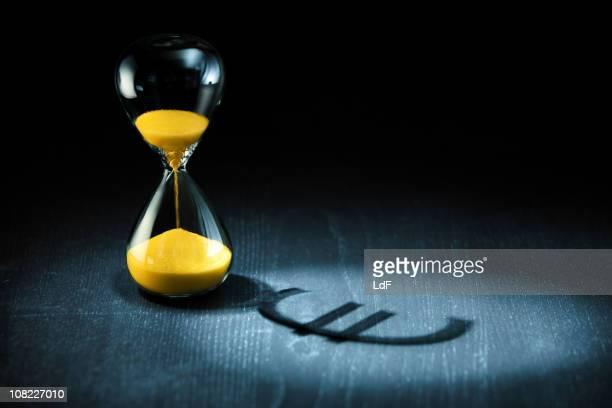 Tempo é Dinheiro e Ampulheta com sinal de Euro Sombra