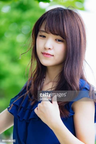 おずおずと恥ずかしがり屋の日本の女の子