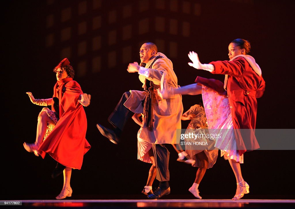 Tina Monica Williams (L), Clifton Brown (C) and Yusha-Marie Sorzano (R) of the Alvin Ailey American Dance Theater during dress rehearsal of 'Uptown', chorographed by Matthew Rushing, December 9, 2009 in New York. The performance highlights key events of the Harlem Renaissance era in the 1920's. AFP PHOTO/Stan Honda