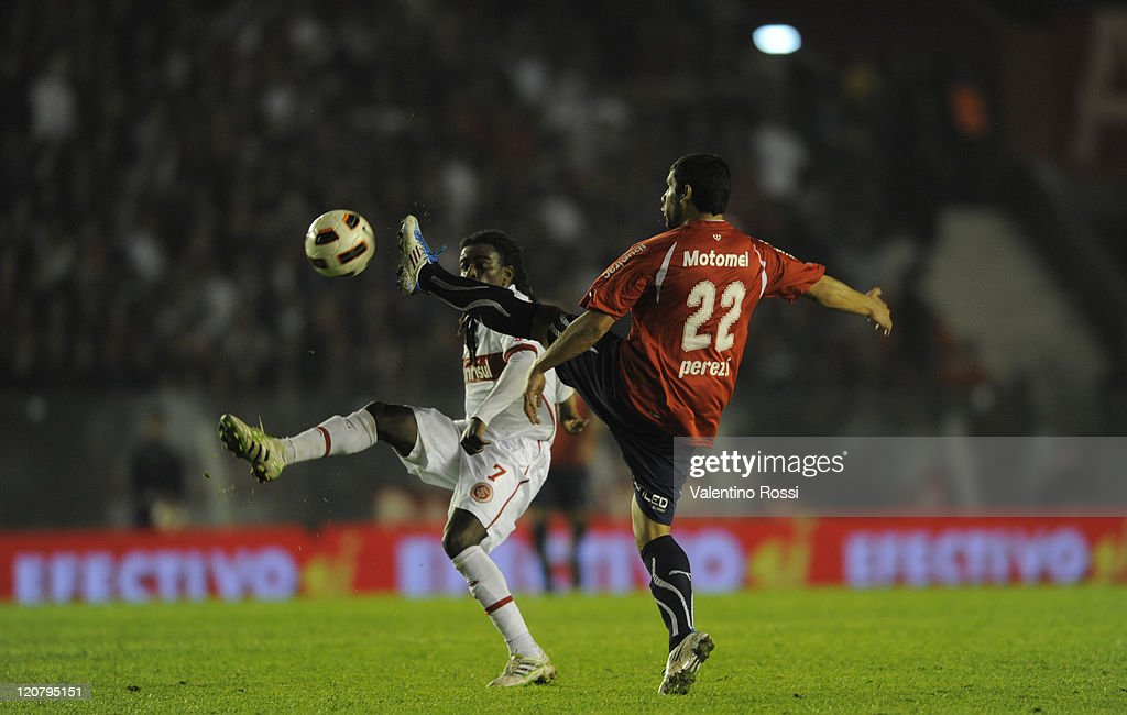 Tinga (L) of Internacional fights for the ball with <a gi-track='captionPersonalityLinkClicked' href=/galleries/search?phrase=Ivan+Perez&family=editorial&specificpeople=2304121 ng-click='$event.stopPropagation()'>Ivan Perez</a> (R) of Independiente during a match as part of the 2011 Recopa Sudamericana first final match at Libertadores de America Stadium on August 10, 2011 in Buenos Aires, Argentina.