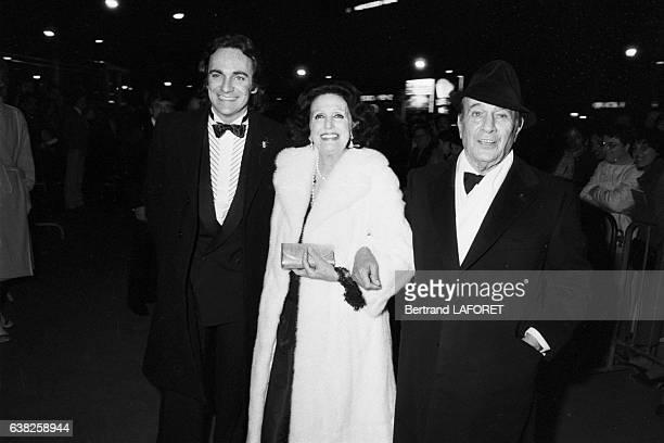 Tino Rossi célèbre ses 50 ans de carrière au Casino de Paris en compagnie de sa femme Lilia Vetti et de son fils Laurent Rossi en novembre 1982 à...