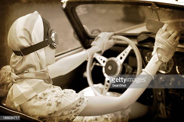 シャドウティント写真の女性をゴーグル運転ヴィンテージカーます。