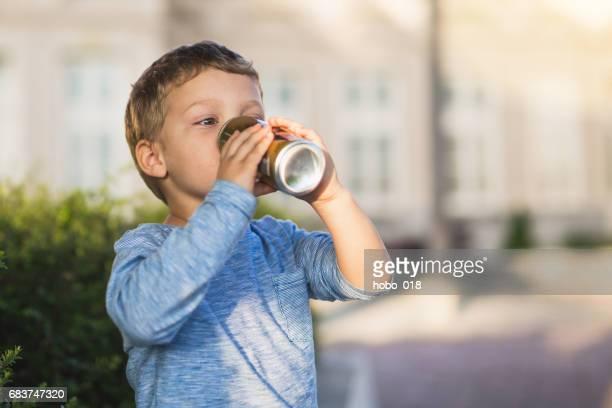 Petit bébé garçon boisson jucie
