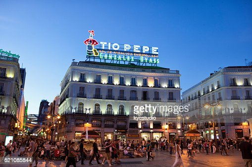 Tio pepe sign at puerta del sol stock photo getty images for Tio pepe madrid puerta del sol