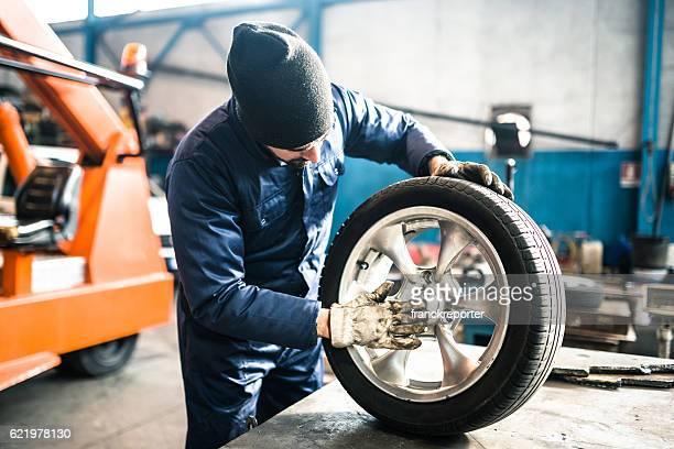 Reifen repairer Überprüfung der Reifen Mittelfußbereich
