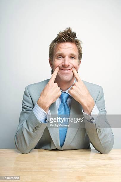 Müde gelangweilt Geschäftsmann Office Worker Kräfte einem Lächeln