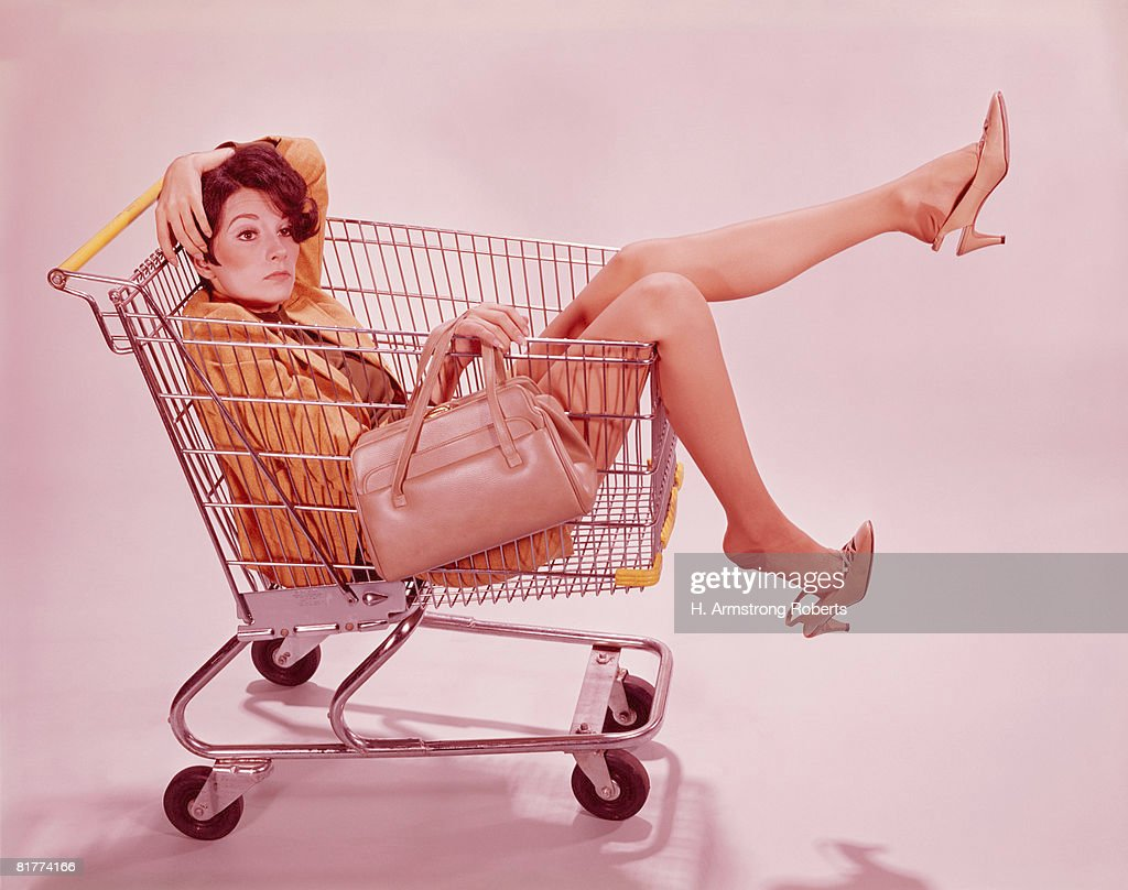 Tired ,frustrated woman in supermarket shopping trolley. (Photo by H. Armstrong Roberts/Retrofile/Getty Images) : Stock Photo