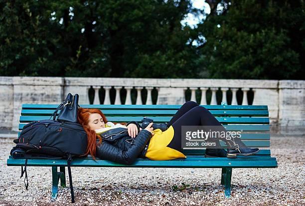Müde auf park bench