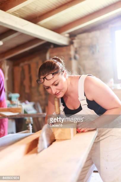 Tischler beim Sägen