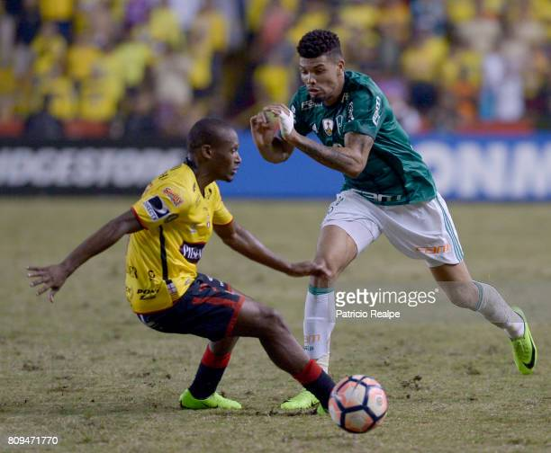 Tito Valencia of Barcelona fights for the ball with Juninho of Palmeiras during a first leg match between Barcelona SC and Palmeiras as part of round...