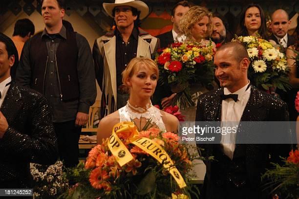 Tänzer und Tänzerin vom 'MDRFernsehballett' Alexandra mit 'Fleurop'Blumensträußen dahinter 2vli Tom Astor Mitglieder der Musikgruppe 'Die Dornrosen'...