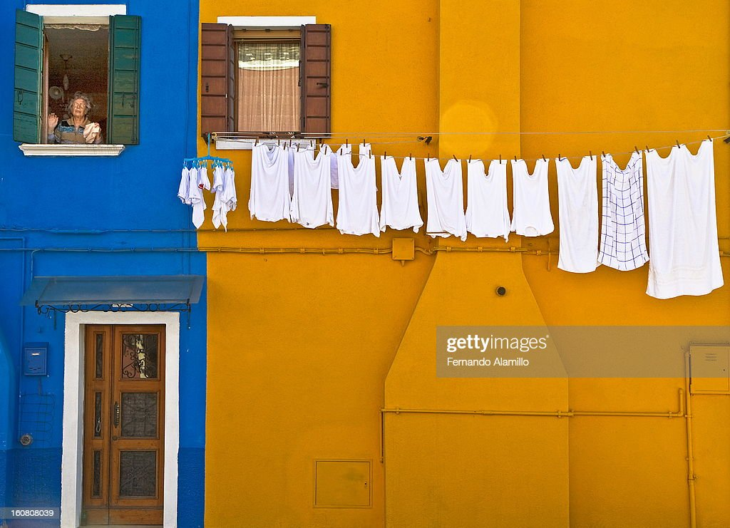 CONTENT] 1.- To bother neighbors in Burano...