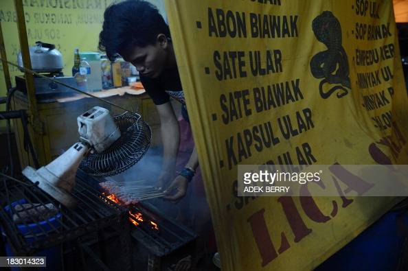To go with AFP Story LifestyleFoodChinaIndonesiaPakistan by Neil Connor This picture taken on September 11 2013 shows Indonesian vendor Imam...