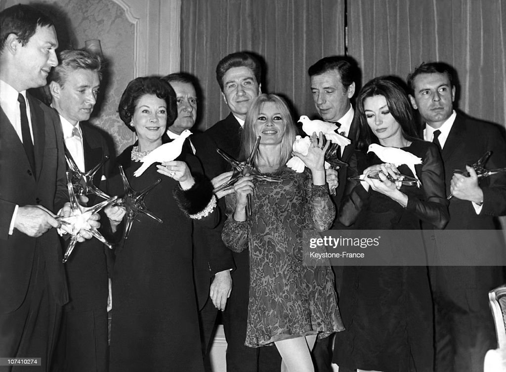 To The Restaurant Lasserre, The Eight Laureats Of The Star Of Crystal Of The Academy Of The Movie; Left To Right: Maurice Ronet,Oscar Werner, Vivien Leigh, Georges Auric (President Of The Academy Of The Movie), Alain Resnais, Brigitte Bardot, Yves Montand, Anouk Aimee and Milos FORMAN 19661102.