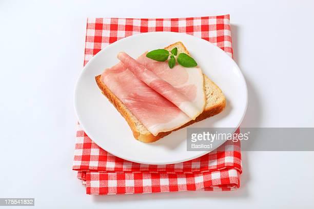 toast di pane con prosciutto