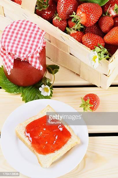 Toast mit Erdbeerkonfitüre und strawbeeries in einem Korb