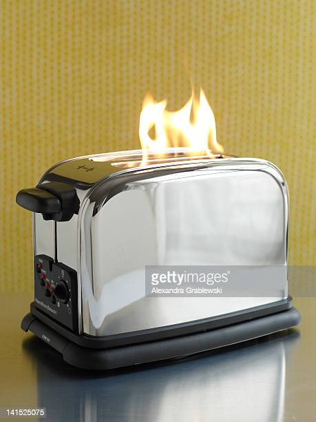 Toaster On Fire ~ Grille pain photos et images de collection getty
