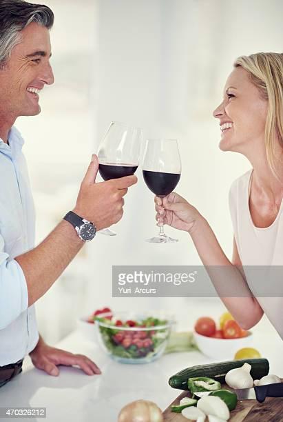 Anstoßen auf eine wunderschöne Romantik