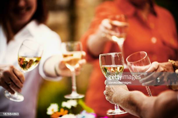 Brindis con vino blanco