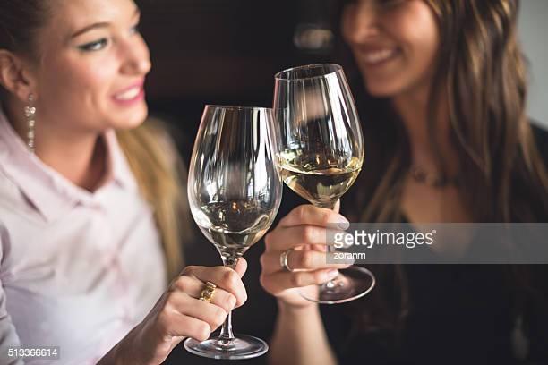 Anstoßen mit Weißwein