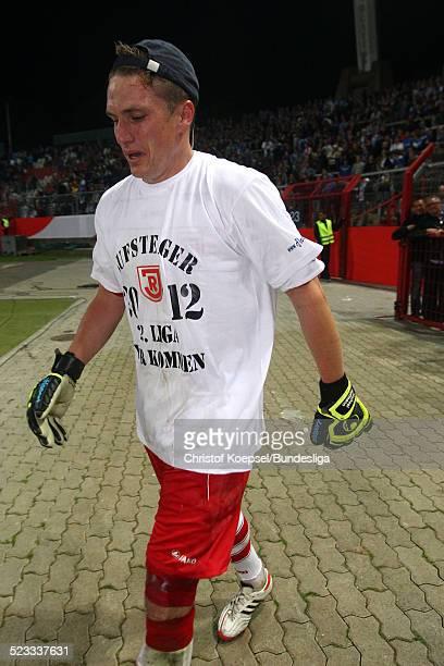 Tobias Schweinsteiger ist ueberwaeltig von seinen Gefuehlen nach dem 2 Fussball Bundesliga Relegation R³ckspiel zwischen dem Karlsruher SC und Jahn...