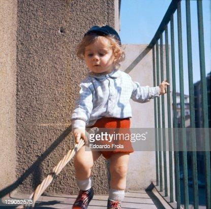 Toddler on balcony : ストックフォト