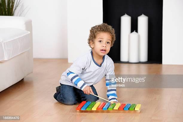 Kleinkinder/Vorschulkind spielen ein Xylophon im Wohnzimmer