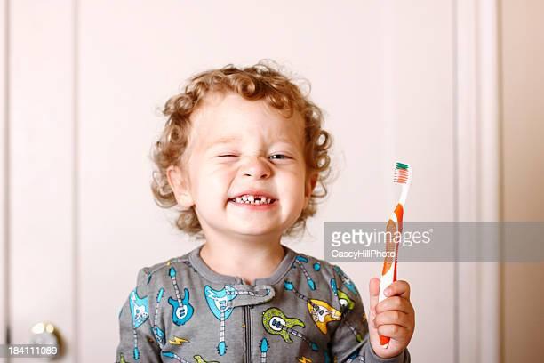 Criança pequena Escovar