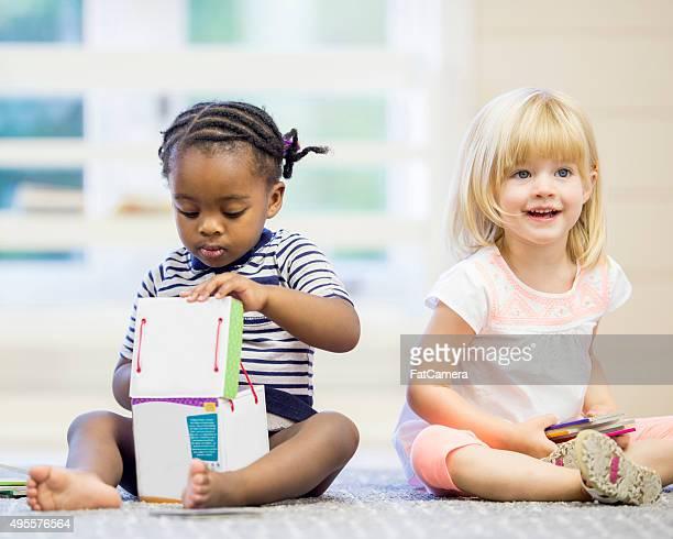 Kleinkinder mit Büchern