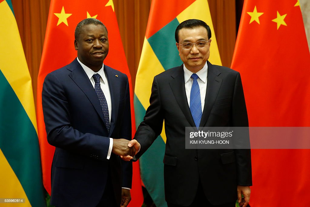 Togo's President Faure Gnassingbe (L) meets with Chinese Premier Li Keqiang at the Great Hall of the People in Beijing on May 31, 2016. / AFP / POOL / KIM