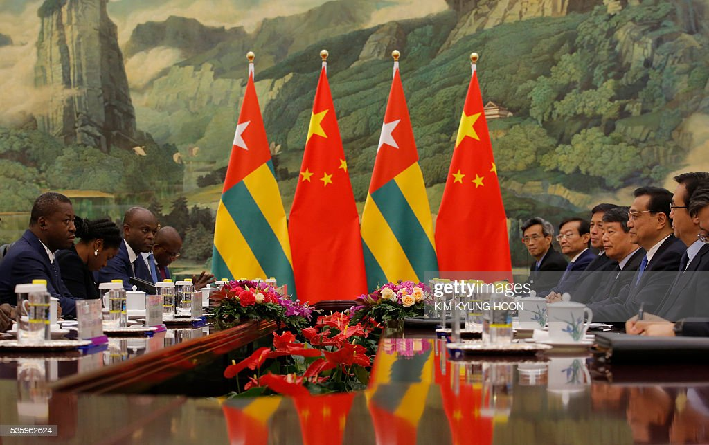 Togo's President Faure Gnassingbe (L) meets with Chinese Premier Li Keqiang (2nd from R) at the Great Hall of the People in Beijing on May 31, 2016. / AFP / POOL / KIM