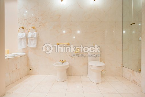Interno bagno con piastrelle in marmo foto stock thinkstock