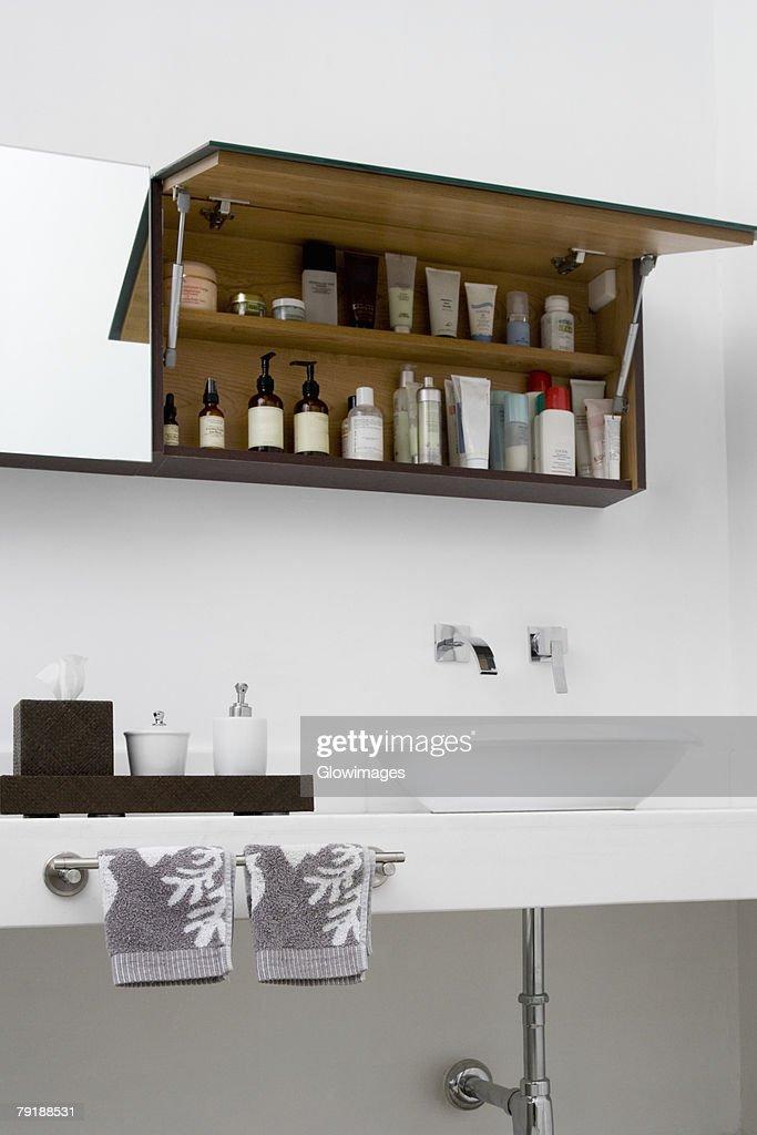 Toiletries in the bathroom : Foto de stock