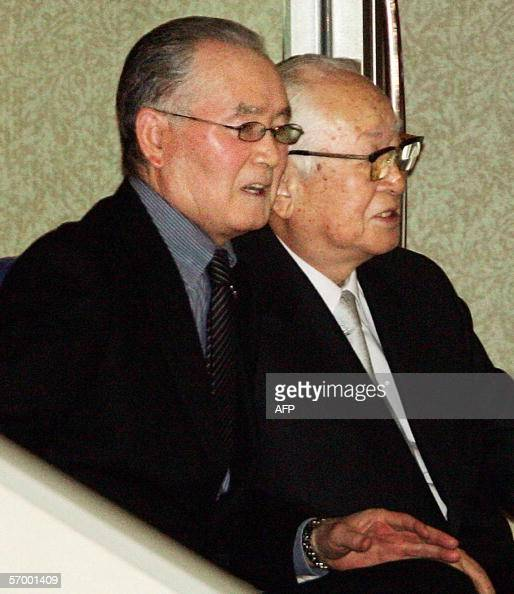 Former Japan's Yomiuri Giants manager Shigeo Nagashima takes a seat with Giants' chairman Tsuneo Watanabe to watch the Asia Round game between Japan...