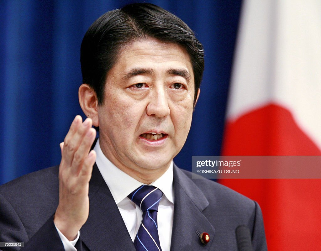 The Press Cabinet Photos Et Images De Japanese Pm Abe Meets With The Press Getty