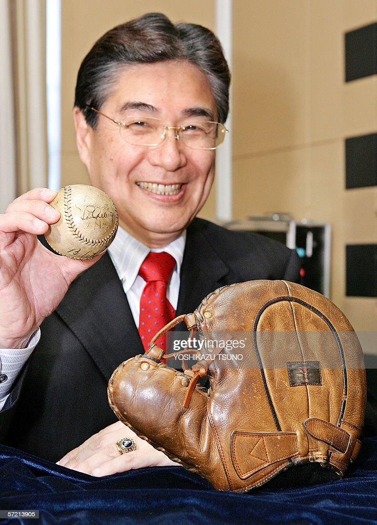 Japanese sports goods maker Mizuno president Masato Mizuno shows a abll with autographs of US baseball legends Lou Gehrig and Babe Ruth (bottom side of the ball) and Mizuno made Lou Gehrig's glove a gift from 1931 Japanese players at a press confrernce in Tokyo, 30 March 2006. 'There has been no event as the World Baseball Classic (WBC) which has excited me so much,' Mizuno president said as the company, the world's top maker of baseball goods, prepared to celebrate its 100th birthday this weekend.