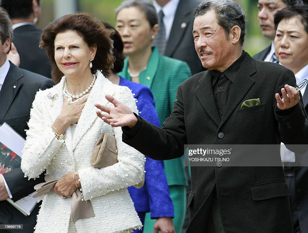 Visiting Swedish Queen Silvia (L) listens to Japanese fashion designer Isseiy Miyake as she visits the newly opened design museum '21-21', produced by Miyake's design studio, in Tokyo 26 March 2007. Queen Silvia, accompanied by his husband King Carl Gustaf XVI, is here on a week-long visit to Japan. AFP PHOTO / Yoshikazu TSUNO