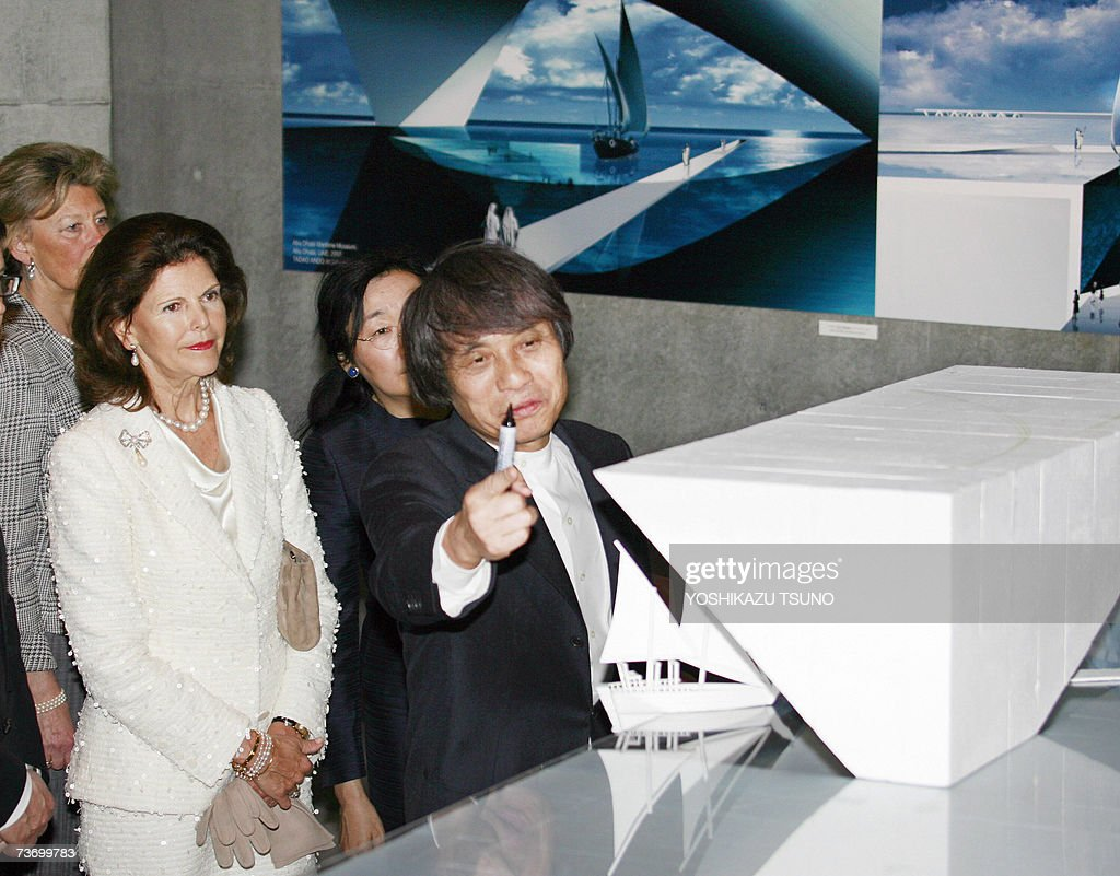 Visiting Swedish Queen Silvia (L) listens to Japanese architect Tadao Ando as he intoduces the scale model of AbuDhabi's artificial floating town at the newly opened design museum '21-21' in Tokyo 26 March 2007. Queen Silvia, accompanied by his husband King Carl Gustaf XVI, is now here on a week-long visit to Japan. AFP PHOTO / Yoshikazu TSUNO