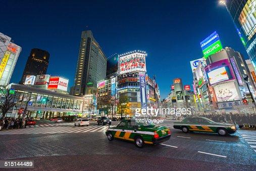 Tokyo luminoso de neón de la noche tráfico de multitudes en el futuro de un paisaje de la ciudad de Japón