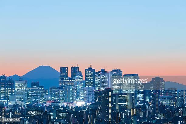 夕暮れ時の東京の街並み