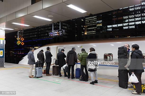 東京駅のプラットフォームで、新幹線、東京、日本