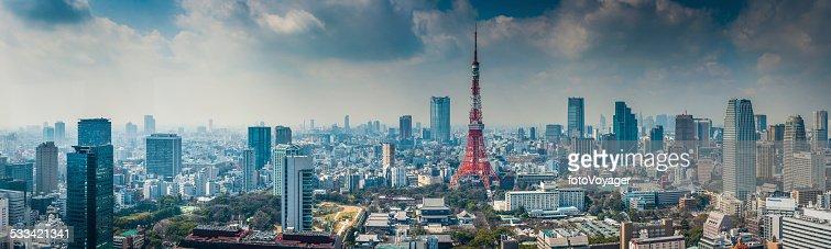 Tokyo Tower futurista paisaje urbano de los rascacielos aglomeración el centro de Tokio, Japón